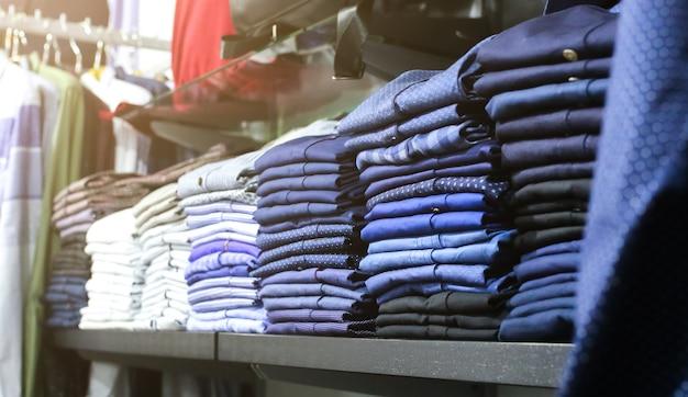 Kledingwinkel met tassen, pakken, broeken, overhemden en truien. winkeldag en verkoop. mode foto.