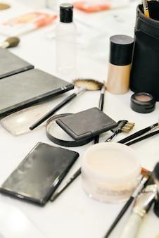 Kleedkamer met make-up kaptafel, spiegel en cosmetica product in vlakke stijl huis