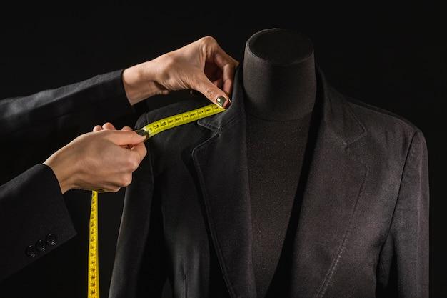 Kleedvorm met persoon die meetlint gebruikt