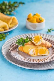 Kleefrijst en mango crêpe cake roll, hong kong, thaise voedselstijl in de zomer