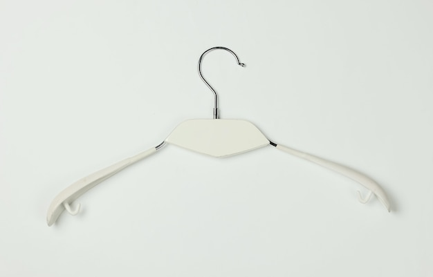 Kleerhanger op witte achtergrond. minimalistisch mode-concept. studio opname. bovenaanzicht