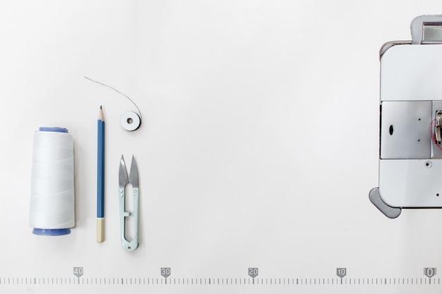 Kleermaker levert frame, vrije ruimte op wit