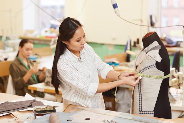 Kleermaker werken met mannequin