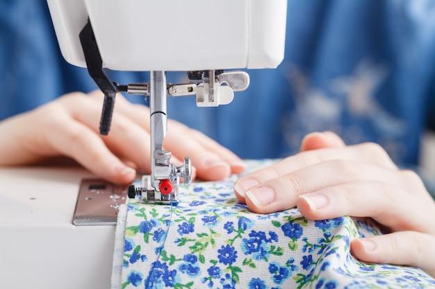Kleermaker werken op een naaimachine