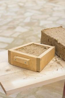 Klei baksteen schimmel bioconstructie concept