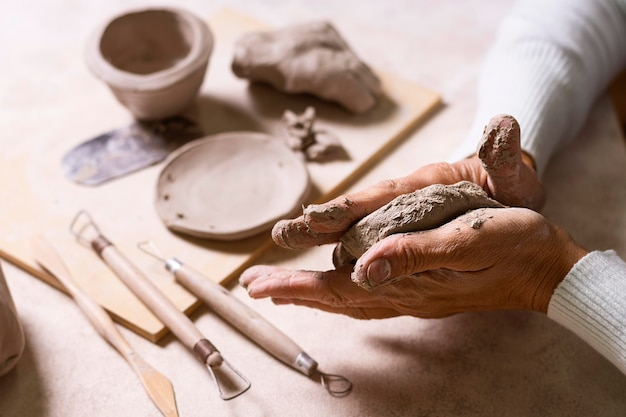 Klei mengen voor aardewerkpot