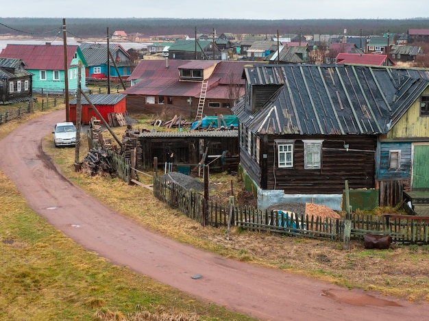 Klein authentiek dorpje aan de witte zeekust. authentiek russisch noordelijk dorp, oude houten huizen. kashkarantsy visserij collectieve boerderij. kola-schiereiland. rusland.