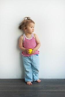 Klein aziatisch kind op witte muurachtergrond.