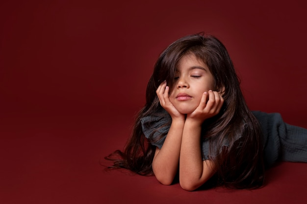 Klein aziatisch meisje dat er slaperig uitziet met kopieerruimte