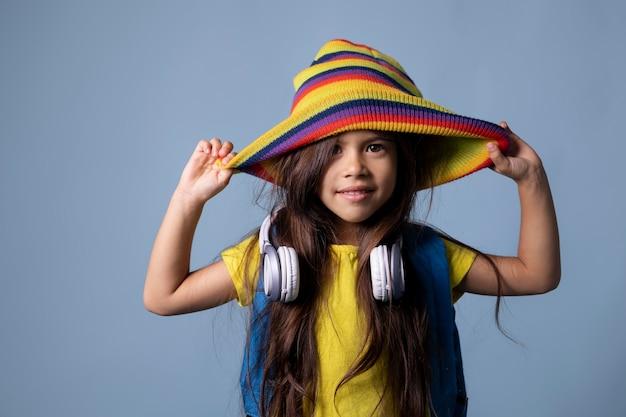 Klein aziatisch schoolmeisje met hoofdtelefoonportret