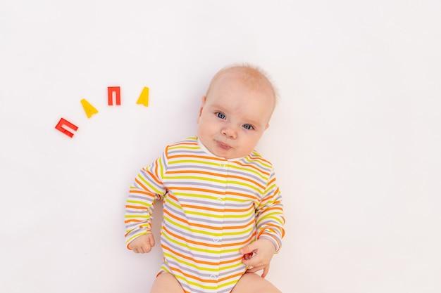 Klein babymeisje op een lichte achtergrond