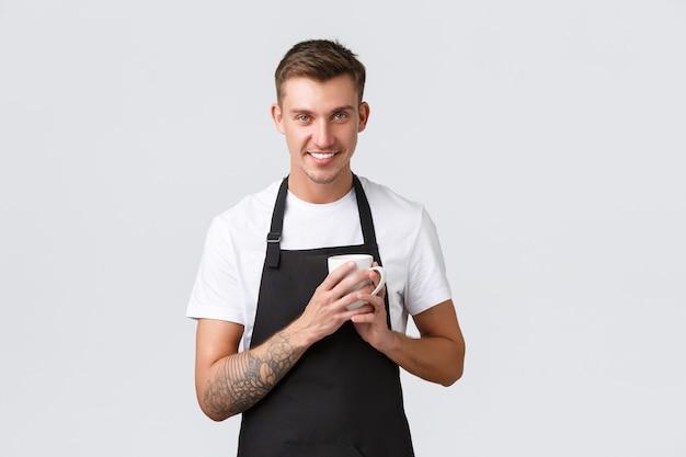 Klein bedrijf coffeeshop café en restaurants concept knappe barista geniet van het maken van koffie...