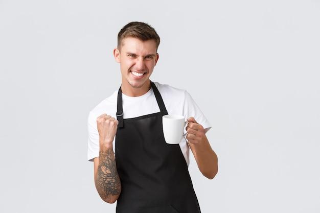 Klein bedrijf coffeeshop café en restaurants concept knappe enthousiaste barista uitnodigend voor c...