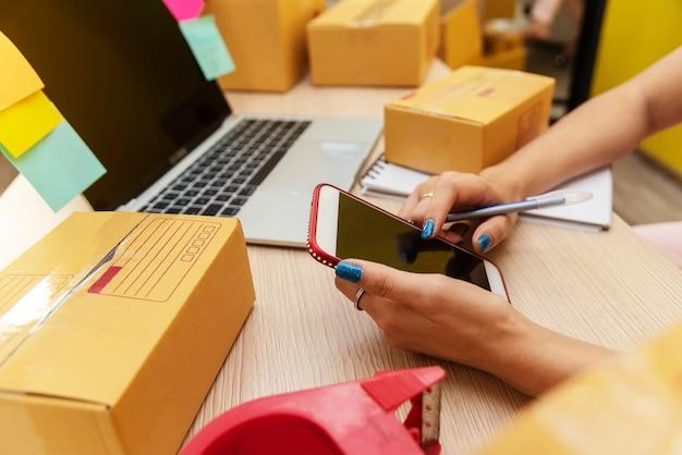 Klein bedrijf en opstarten. mensen die online met internet thuis werken.