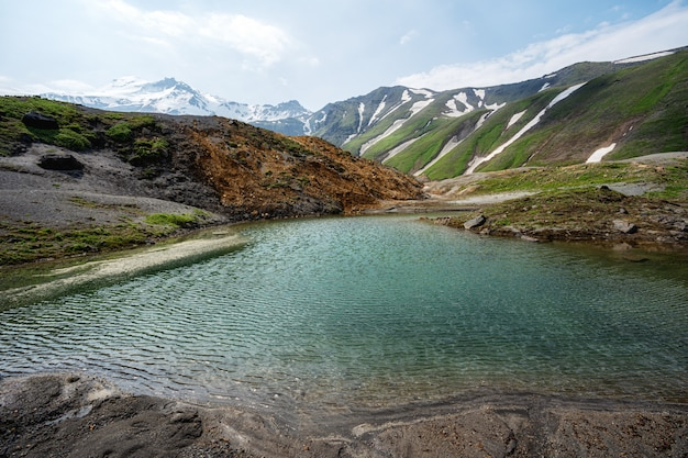 Klein bergmeer in de bergen van kamchatka