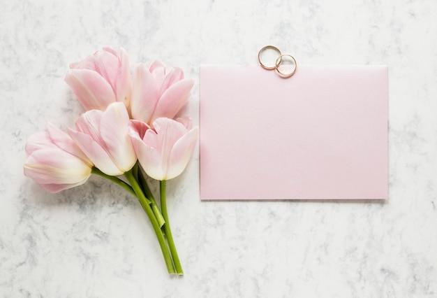 Klein bloemenboeket met verlovingsringen