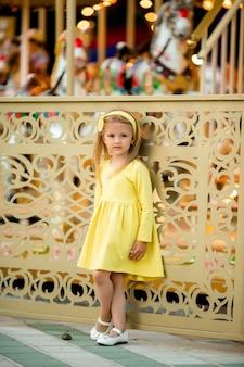 Klein blond meisje in pretpark