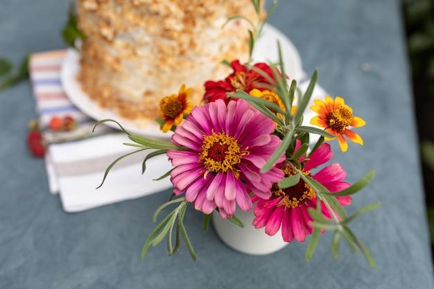Klein boeket tuinbloemen in een vaas op een tafel in de tuin