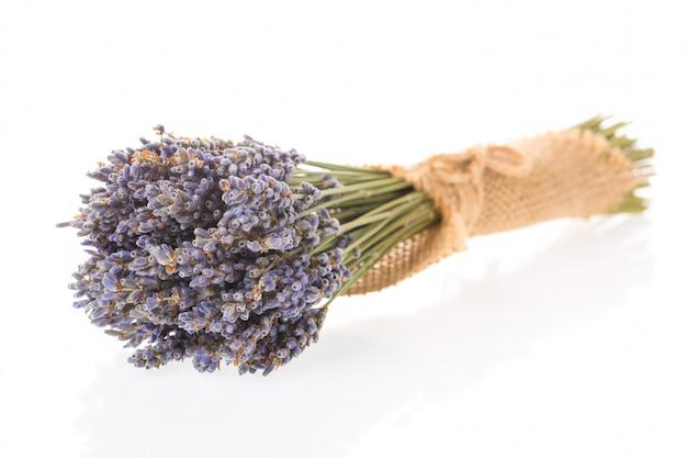 Klein boeket van gedroogde lavendel geïsoleerd op een witte achtergrond.