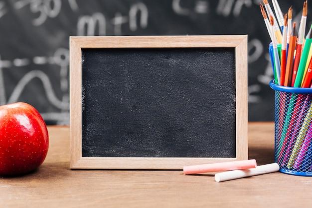 Klein bord in de buurt van briefpapier op tafel