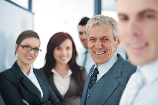 Klein commercieel team in het bureau voor een whiteboard