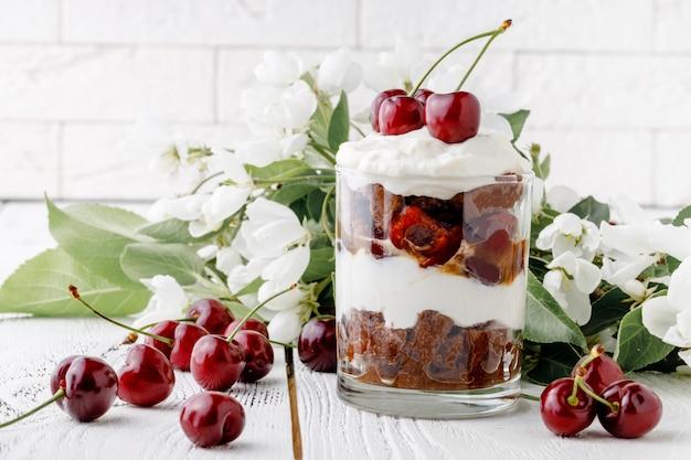 Klein dessert met fruit, een dunne laag lange vingers gedrenkt in sherry met chocolade, koffie of vanille.