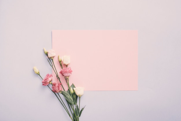 Klein document met roze bloemen op lichte lijst