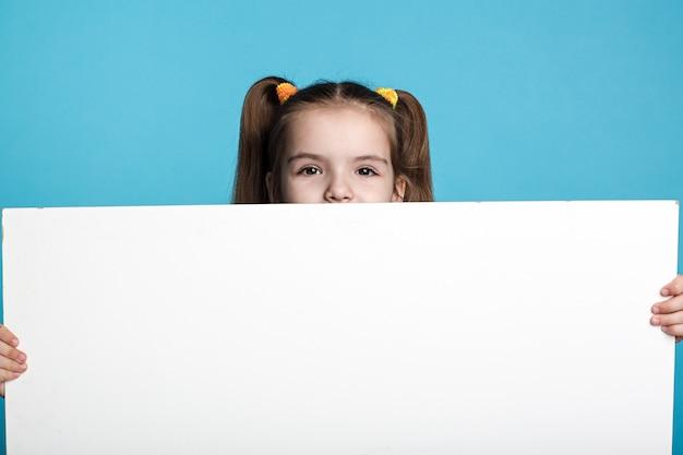 Klein donker haar kind met wit bord