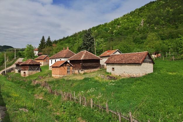 Klein dorp in de bergen van servië, de balkan