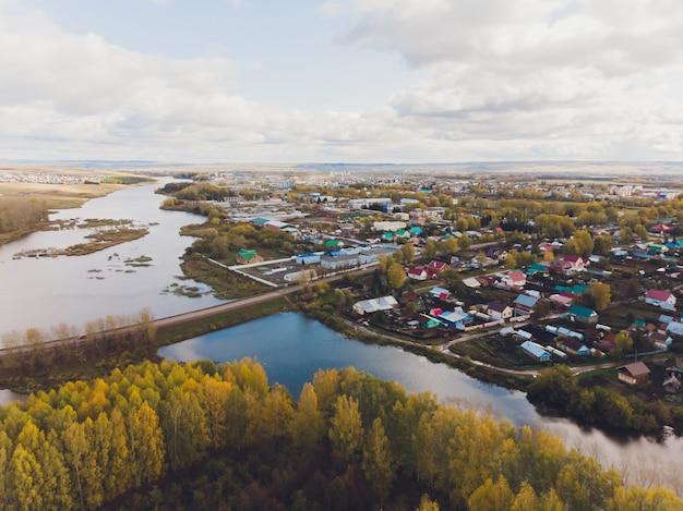 Klein dorp in de buurt van de rivier