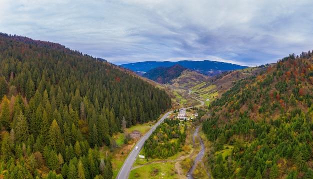 Klein dorp in een bergdal van de karpaten