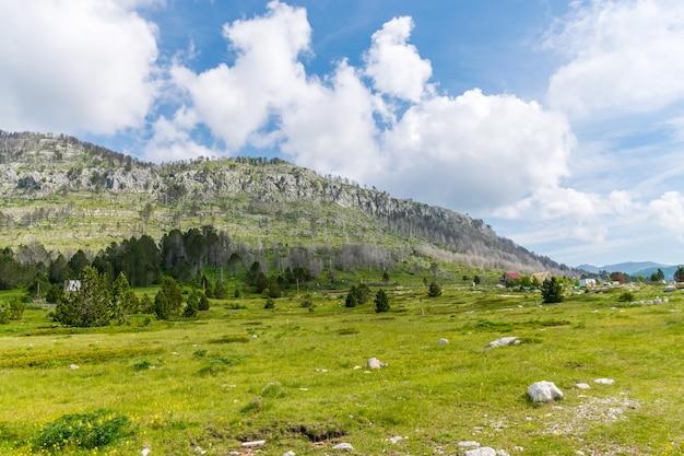 Klein dorp is gelegen tussen vele heuvels en bergen.