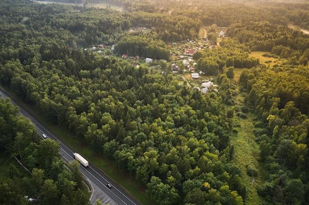 Klein dorp met landweg in de zomer, uitzicht van bovenaf