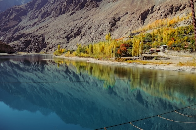 Klein dorp met uitzicht op weerspiegeling in water van khalti-meer
