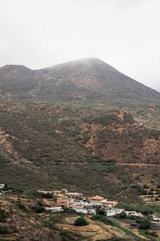 Klein dorp op de bergbasis