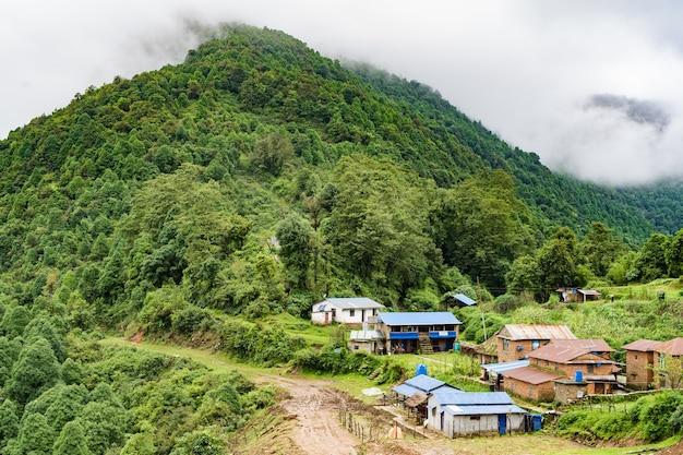Klein dorpje in de bergen. reizen in nepal en himalaya gebergte trekking concept. landschap stock foto