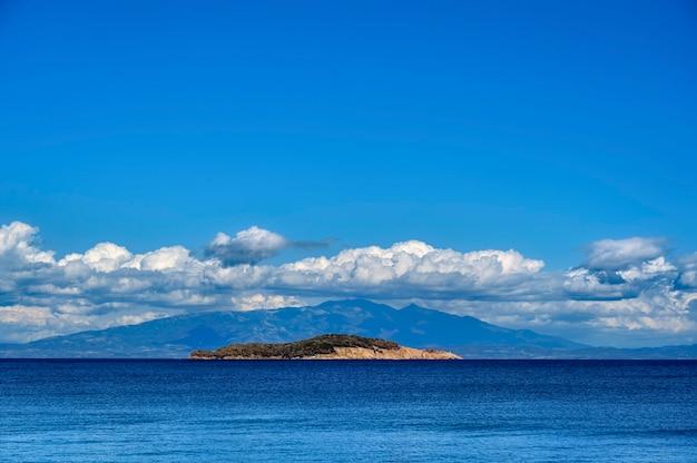 Klein eiland aan zee in de buurt van olympiada dorp in griekenland