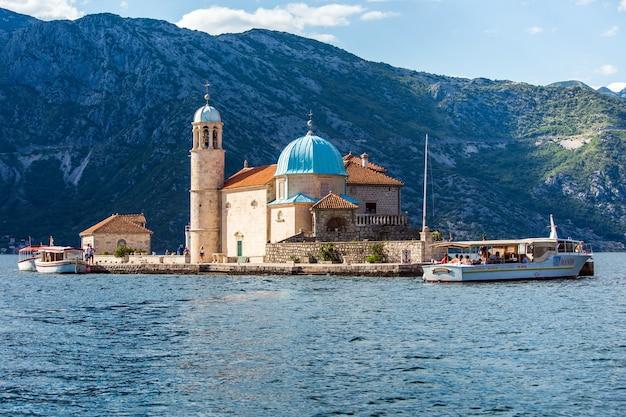 Klein eiland dichtbij de stad perast in montenegro