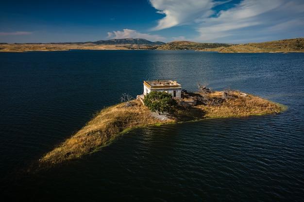 Klein eiland met verlaten oud huis in het moeras van alcantara. extremadura. spanje.