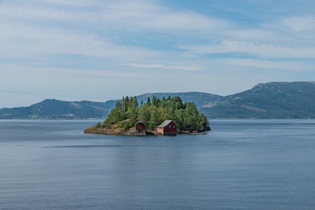 Klein eiland midden in het meer in het zuiden van noorwegen