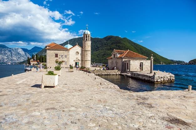 Klein eilandje in de buurt van de stad perast in montenegro met de rooms-katholieke kerk van onze-lieve-vrouw van de rotsen