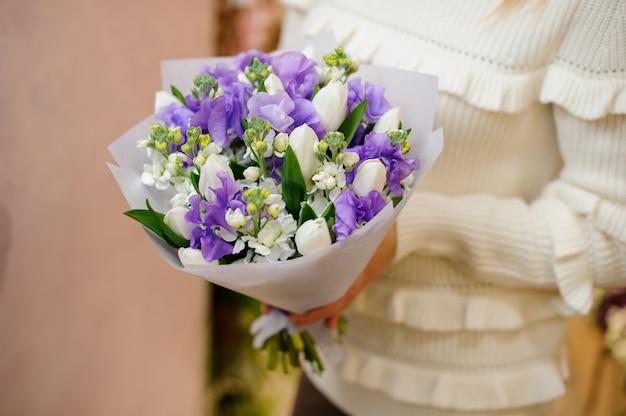Klein en schattig kleurrijk boeket van tedere bloemen