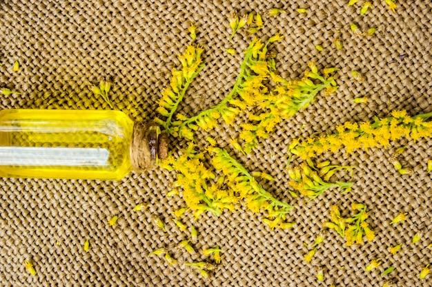 Klein flesje natuurlijke cosmetische essentiële aroma-olie