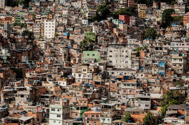 Klein gebouw bij elkaar op een heuvel