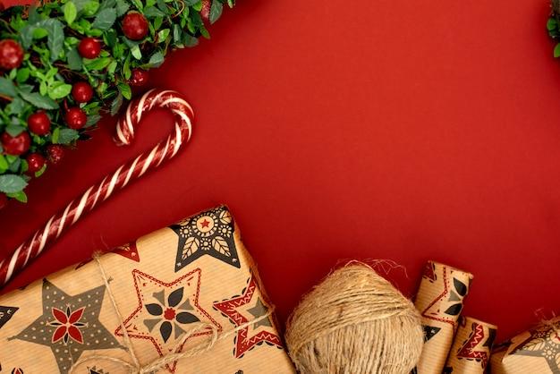 Klein geschenk met rode strik op rode achtergrond. vrije ruimte voor uw tekst.