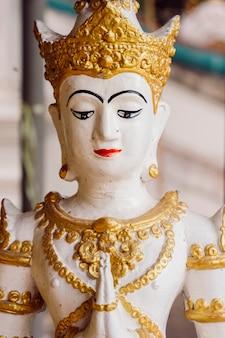 Klein heilig beeld van een boeddha in bangkok. boeddhistische religie, oude kunst en aziatische erfgoedcultuur. bezoek heilige luxe tempels en bezienswaardigheden in thailand.