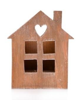 Klein houten huis geïsoleerd op wit
