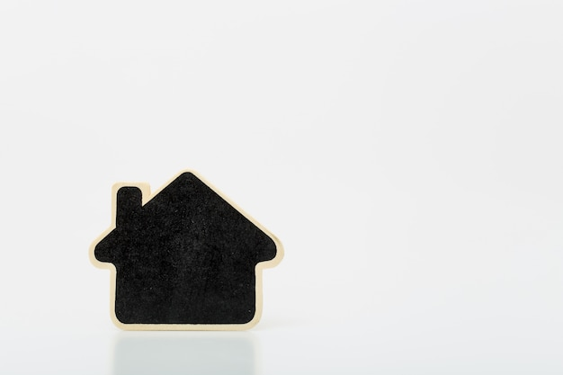 Klein houten huis op tafel. concept voor onroerende goederenzaken.