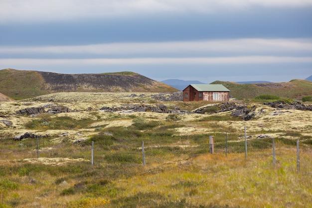 Klein houten huisje in een prachtig landschap