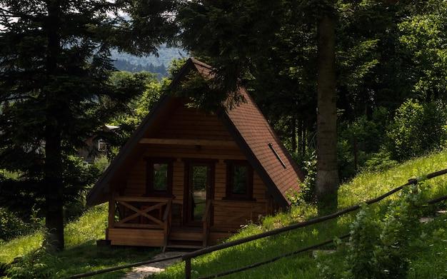 Klein houten huisje in het bos